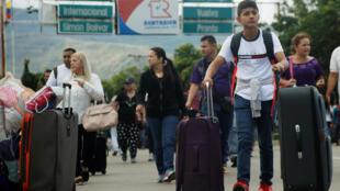 Des Vénézueliens traversent la frontière avec la Colombie, le 25 juillet 2017, à Cucuta.