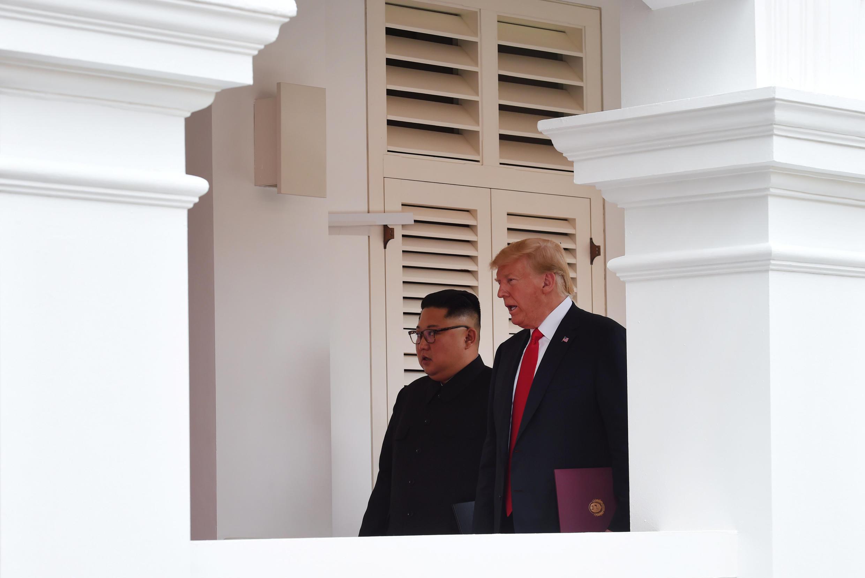 O líder norte-coreano Kim Kong-Un e o presidente americano Donald Trump em Singapura