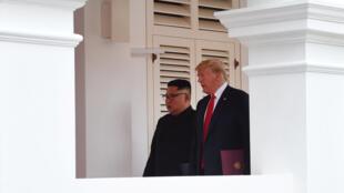 Tổng thống Mỹ Donald Trump (P) và lãnh đạo Bắc Triều Tiên Kim Jong Un tại khách sạn Capella, đảo Sentosa, Singapore, nơi tổ chức cuộc họp thượng đỉnh 12/06/2018
