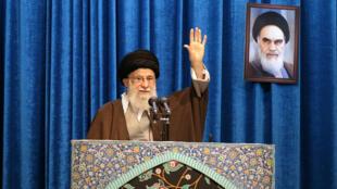 ប្រមុខដឹកនាំកំពូលរបស់សាសនាអ៊ីរ៉ង់ លោកអាលី ខាមេណី Ali Khamenei ថ្លែងសុន្ទរកថា នៅក្នុងពិធីសូត្រធម៌ ដែលលោកដឹកនាំធ្វើជាលើកទី ១ ចាប់តាំងឆ្នាំ ២០១២ នៅថ្ងៃ ទី ១៧មករា ២០២០