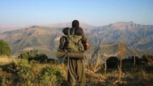 Un combattant du PKK dans les montagnes turques, à proximité de la frontière avec l'Irak (2013).