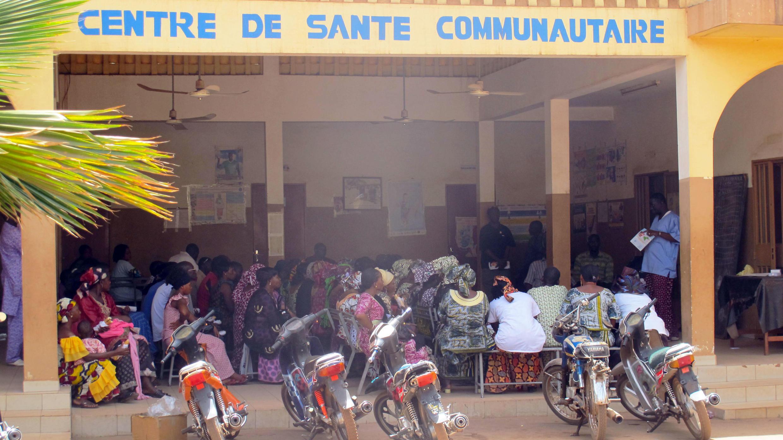 Le centre de santé communautaire du quartier d'Hippodrome, à Bamako, accueille chaque semaine une quinzaine de femmes à accoucher. Ici, on voit plusieurs jeunes mamans portant leur bébé.