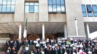 Des juges et des procureurs algériens manifestent devant le conseil de la justice à Alger, le 29 octobre 2019.