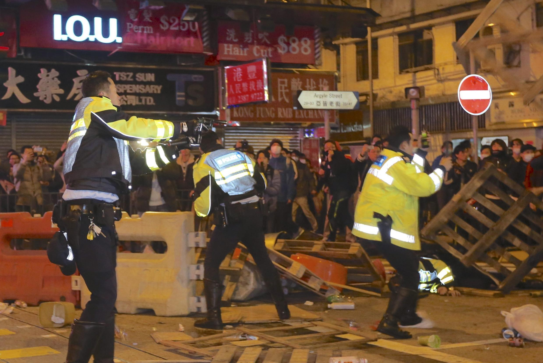 Cảnh sát đụng độ với người biểu tình phong trào đòi tự trị rộng rãi, tại quận Mongkok, Hồng Kông, ngày 09/02/2016.
