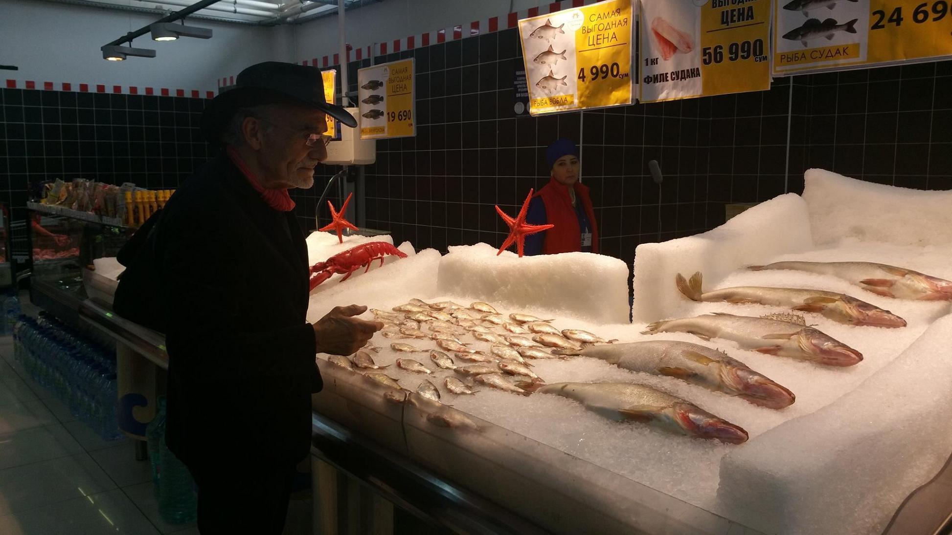 Жерар Канья выбирает продукты в Ташкенте