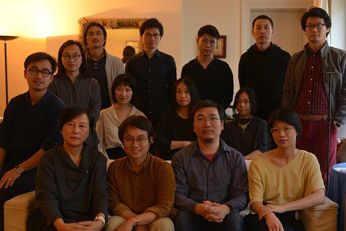 """沙龙合影,张博(前排右2)、秦三澍(前排左2)、徐磊(第二排右1)为本沙龙引人瞩目的巴黎""""文坛三杰""""。"""