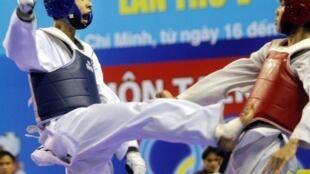 Võ sĩ Lê Huỳnh Châu (áo xanh, bên trái) đã mang về tấm huy chương đồng cho Taekwondo Việt Nam trong giải vô địch Taekwonde các nước Pháp ngữ.