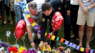 Lãnh đạo thành phố Orlando, Florida, Hoa Kỳ, đặt hoa tưởng niệm các nạn nhân, ngày 13/06/2016