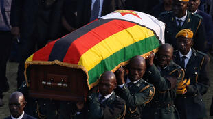 Wanajeshi wakiwa wameubeba mwili wa rais wa zamani wa Zimbabwe  Robert Mugabe  tarehe 13 mwezi Septemba 2019