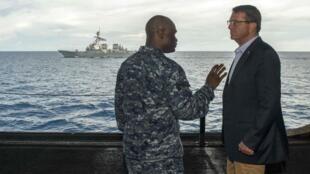 Bộ trưởng Quốc phòng Ashton Carter trên hàng không mẫu hạm Theodore Roosevelt ngày 05/11/2015.