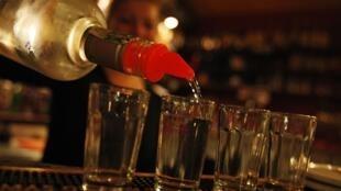 Около 2,6% россиян умирают отпричин, связанных супотреблением алкоголя