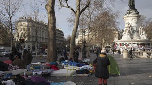 Grupos de imigrantes e refugiados do Irã, Paquistão, Iraque e Eritreia instalados na praça de la République, em Paris;