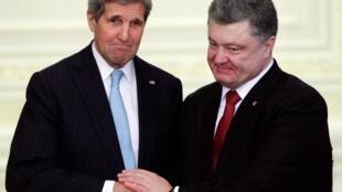 乌克兰总统波罗申科(右)与美国国务卿克里在记者会上2015年2月5日基辅