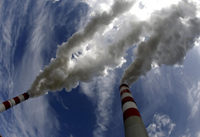 Ống khói nhà máy nhiệt điện chạy bằng than lớn nhất châu Âu, Belchatow, Ba Lan - REUTERS /Peter Andrews