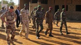 À gauche le général Guibert, commandant de «Barkhane», accompagné des responsables militaires du G5 Sahel.