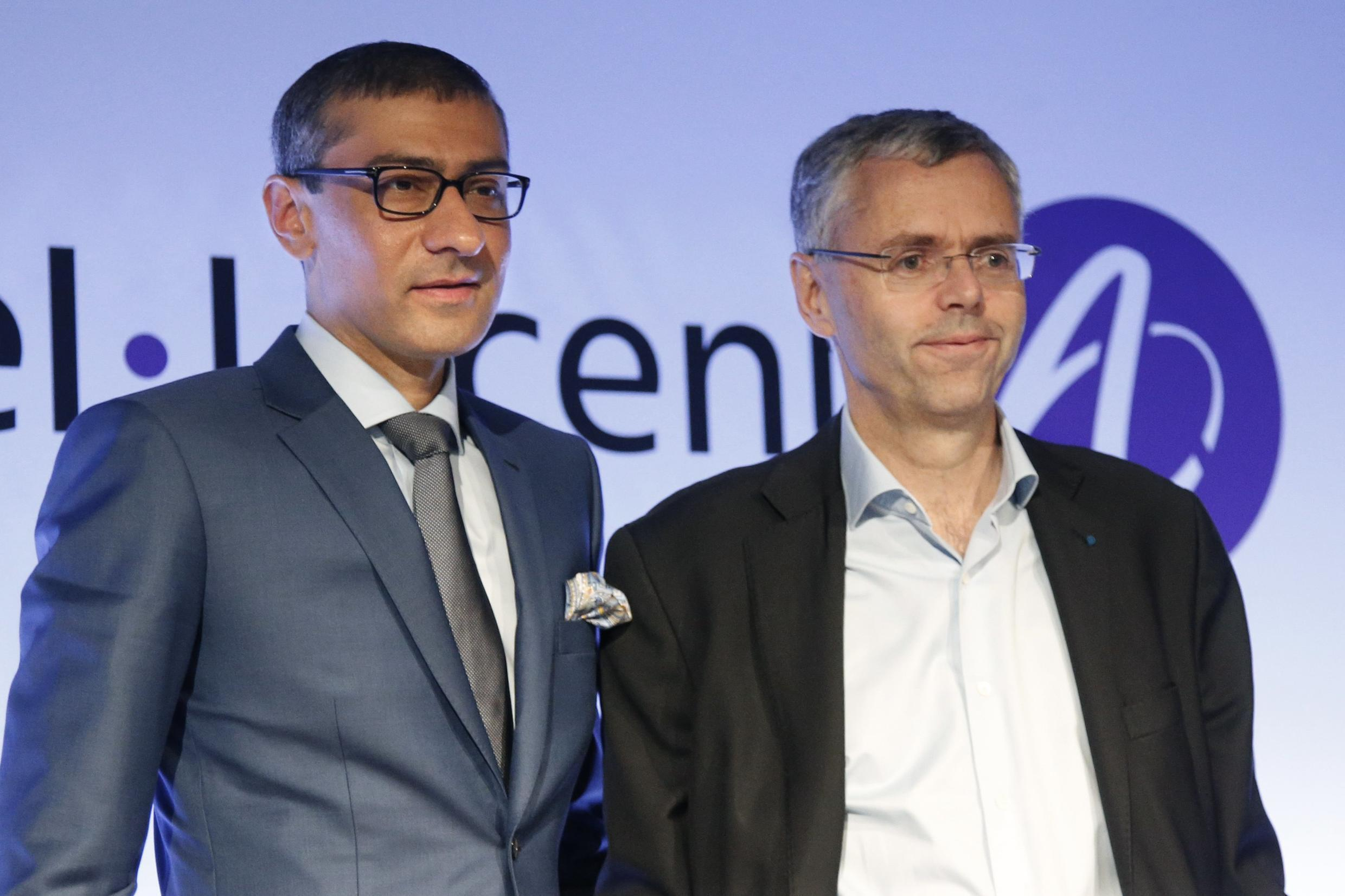 Michel Combes, CEO of Alcatel-Lucent (right) and Rajeev Suri (left), president of Nokia, after a press conference in Paris, 15 April 2015.