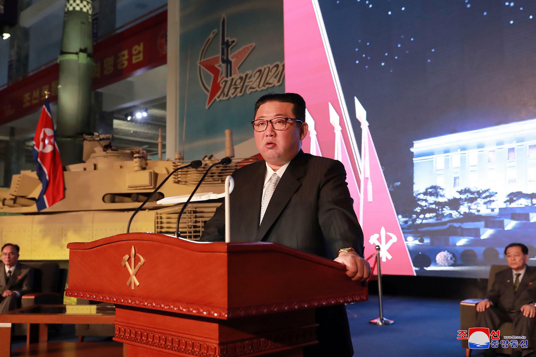 El líder norcoreano Kim Jong Un da un discurso durante la ceremonia de apertura de la exhibición militar Autodefensa 2021 en Pyongyang, una imagen tomada el 11 de octubre de 2021 y divulgada al día siguiente por la agencia oficial norcoreana KCNA