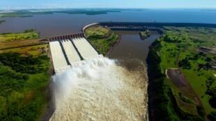 Barragem de Itaipu na fronteira entre o Brasil e o Paraguai