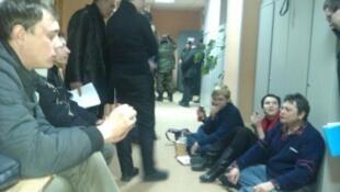 Задержанные активисты в здании нижегородского суда 11/03/2012