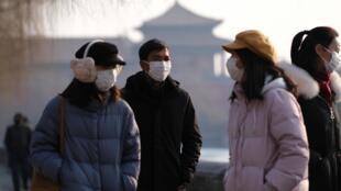 Turistas com máscaras de protecção,nas imediações da Cidade Proibida, em Pequim, encerrada devido ao surto de coronavírus. 25 de Janeiro de 2020