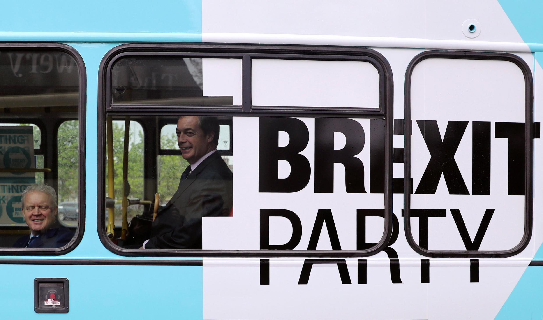 O líder do Partido Brexit, Nigel Farage, e Mike Greene, candidato do Partido Brexit para a próxima eleição de Peterborough, em um ônibus de campanha.