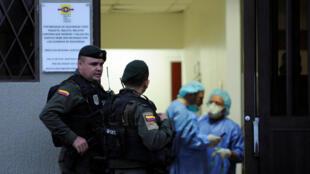 Miembros de las Fuerzas Especiales de Colombia a las puertas del Instituto de Medicina Legal en Cali.