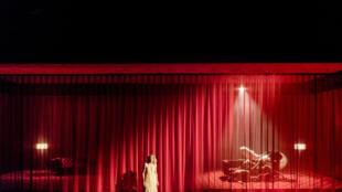 Marie-Sophie Ferdame dans «La dame aux camélias», d'après Alexandre Dumas Fils et une mise en scène d'Arthur Nauzyciel.