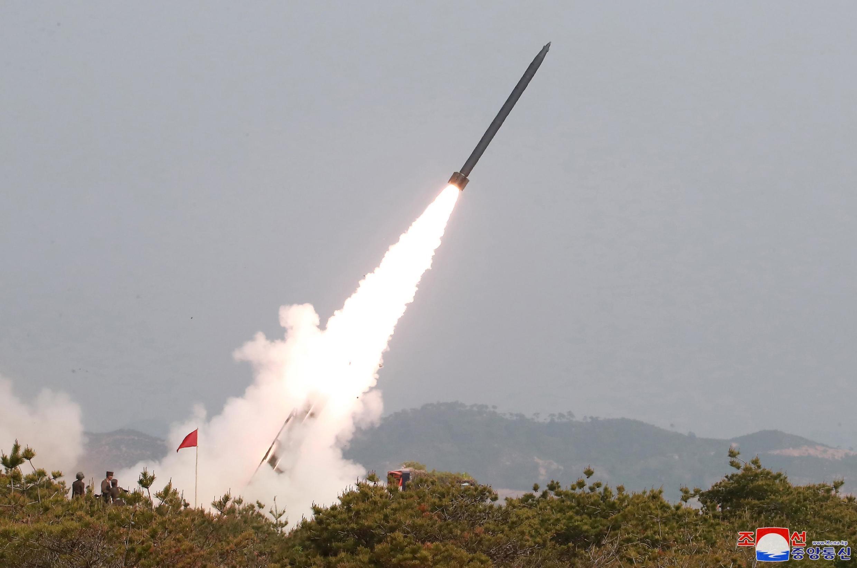 Exercício militar com lançadores e armas táticas guiadas no Mar do leste na Coreia do Norte, neste 4 de maio de 2019