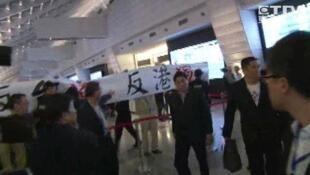 圖為台灣媒體報導黃之鋒等人遭遇抗議照片