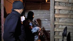 Agentes de la sección táctica de la policía de El Salvador realizan una intervención contra las bandas, el 29 de octubre de 2020 en San Marcos.