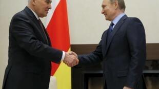 Президент РФ Владимир Путин (справа) и глава самопровозглашенной Южной Осетии Леонид Тибилов в резиденции Ново-Огарево, Россия, 31 марта 2016.