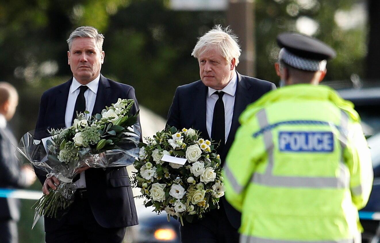Le leader du Labour (opposition) Keir Starmer et le Premier ministre britannique Boris Johnson arrive sur les lieux du crime ayant ôté la vie au député David Amess, le 16 octobre à Leigh-on-Sea.