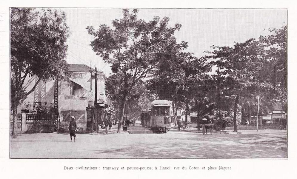 Tầu điện và xe kéo, phố Hàng Bông (rue du Coton) và vườn hoa Cửa Nam (place Neyret), năm 1925.