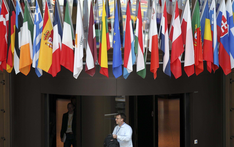 Les drapeaux des pays de l'Union européenne devant la principale salle de presse du Conseil européen à Bruxelles.
