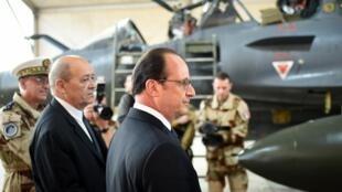 Rais Hollande (katikati) na waziri wa ulinzi Jean-Yves Le Drian walikutana, Jumanne Aprili 19, 2016, na askari wa Ufaransakatika kambi ya kijeshi ya Prince Hassan, Jordan.
