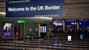 Un cartel de bienvenida a la frontera británica en el control de pasaportes de la zona de llegadas de la Terminal 2 del aeropuerto de Heathrow, el 16 de julio de 2019 en al oeste de Londres