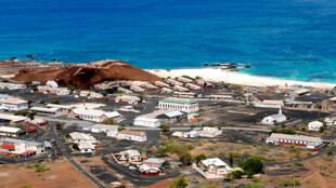 L'Ile de Sainte-Hélène (photo) est un territoire d'Outre-mer du Royaume-Uni situé dans l'Océan Atlantique entre le continent africain et les Amériques.