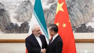伊朗外長紮里夫在北京與中國外長王毅舉行會談。