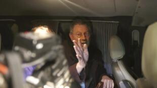 L'envoyé spécial des Nations unies, Robert Serry, tente d'échapper aux manifestants à Simféropol, le 5 mars 2014.