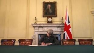 La Première ministre britannique Theresa May a signé, le 28 mars 2017, la lettre officielle adressée à Bruxelles qui doit déclencher la procédure de sortie de l'Union européenne.