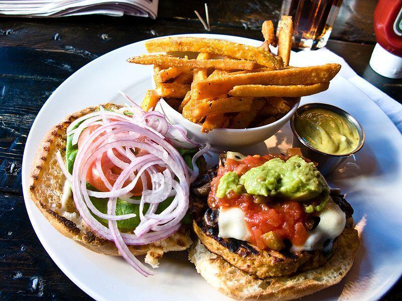 ВоФранции бургер— далеко нефранцузское гастрономическое изобретение— сильно потеснил местный сандвич светчиной.