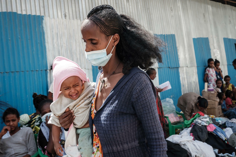Una mujer recibe ayuda en un centro de distribución de ayuda humanitaria en Mekele, el 22 de junio