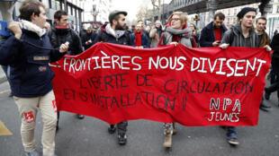 Манифестанты с плакатом «Границы нас разделяют», Париж, 26 ноября 2016 г.