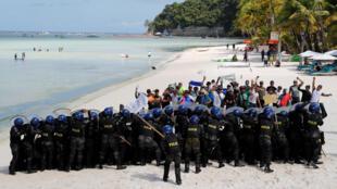 Des policiers pendant une simulation de manifestation en amont de la fermeture temporaire de l'île touristique de Boracay, aux Philippines, le 24 avril 2018.