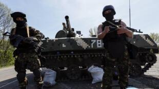 Quân đội Ukraina tại chốt kiểm soát bên ngaòi thành phố Slaviansk, nơi mà quan sát viên của tổ chức OSCE bị phía thân Nga bắt giữa. Ảnh ngày 27/04/2014.