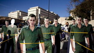 Israel: manifestaciones con las imágenes del soldado franco israelí Gilad Shalit en apoyo a su liberación.
