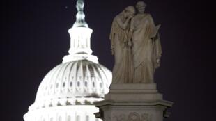 Estátuas de figuras femininas representando o Luto e a História diante do Capitólio, sede do Congresso americano.