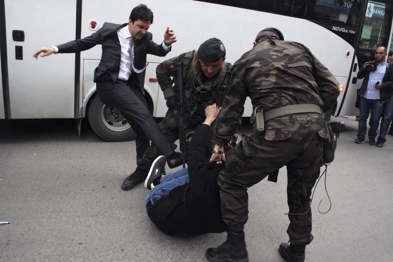 Một cố vấn thân cận Thủ tướng Thổ Nhĩ Kỳ lao vào đánh đập một người biểu tình đang bị cảnh sát giữ chặt.