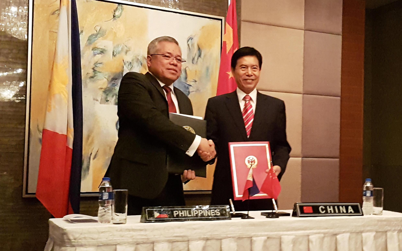 Ảnh minh họa : Bộ trưởng Thương Mại Philippines Ramon Lopez và đồng nhiệm Trung Quốc, Trung Sơn (Zhong Shan) tại Manila, ngày 07/03/2017.