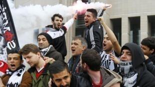Le procès de 35 partisans du club de Besiktas a provoqué l'union sacrée chez les supporters turcs, venus en masse au procès à Istanbul, ce 16 décembre 2014..